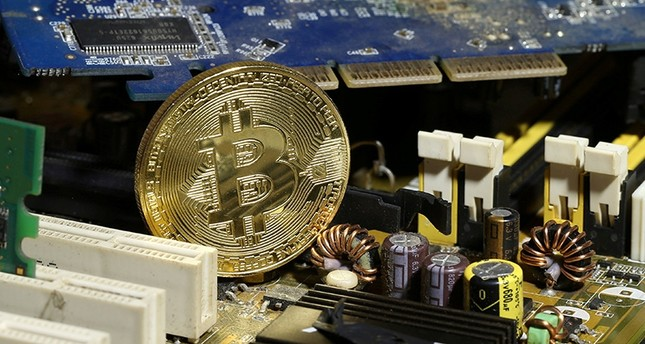 Bitcoin hits $10,000, gains 940 pct in 2017