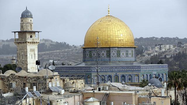 Israeli settlers storm Al-Aqsa mosque, Nablus shrine