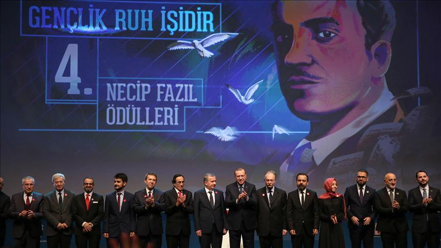 Legendary Turkish poet commemorated at awards