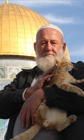 Palestinian devoted to caring for Al-Aqsa cats dies of COVID