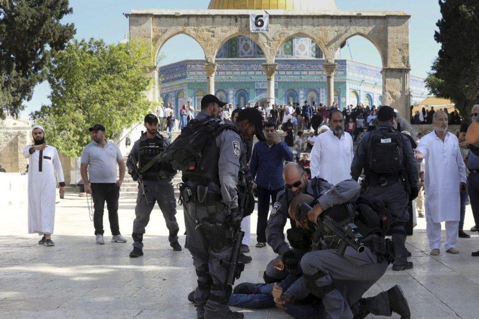 Zionist settlers raid Aqsa Mosque under police guard